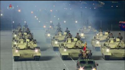 Corea del Norte: Muestra en un masivo desfile de su poderío militar realizado en la madrugada