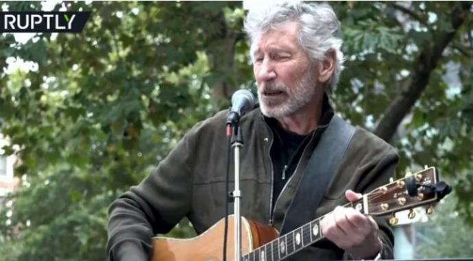 "Roger Waters, bajista de Pink Floyd interpreta ""Wish You Were Here"" para la demostración de Assange en Londres"