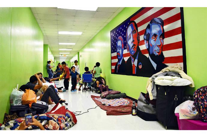 Más de un millón de personas que se encuentran en la ruta prevista del huracán recibieron la orden de evacuar sus casas y refugierse en albergues