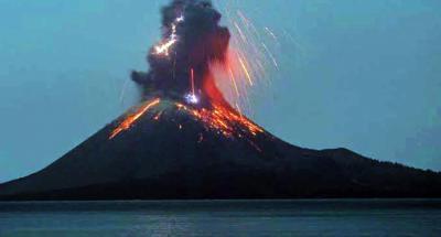 Indonesia: El volcán Krakatoa entra en erupción y expulsa nubes de ceniza, humo y magma