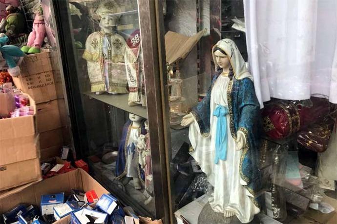 Escaparate en tienda egipcia con artículos religiosos cristianos (imagen de referencia)