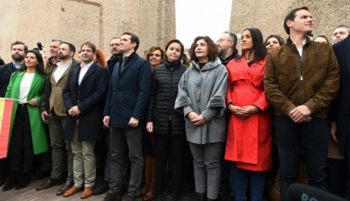 El presidente de VOX, Santiago Abascal (segundo desde la izquierda); el líder del PP, Pablo Casado; y el líder de Ciudadanos, Albert Rivera: junto a otros asistentes a la concentración.