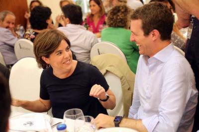 Soraya Sáenz de Santamaría y Pablo Casado, en la cena del Grupo Popular de este martes. JOSÉ A. RAMOS