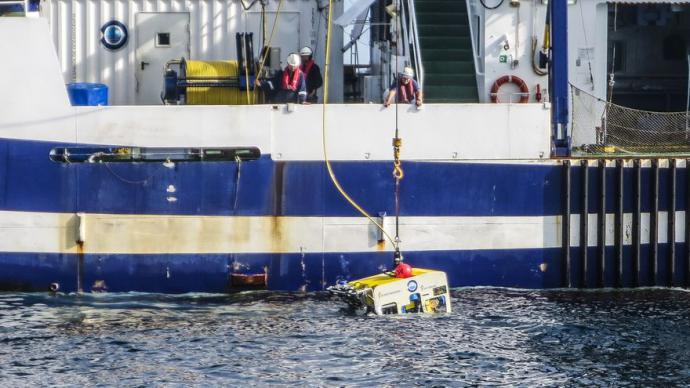 Largado del ROV al agua para la toma de imágenes desde el buque Ángeles Alvariño