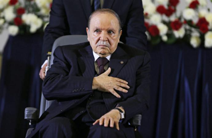 Imagen de archivo realizada el 28 de abril de 2014 que muestra al presidente de Argelia, Abdelaziz Buteflika, mientras jura el cargo durante el inicio de su cuarto mandato.