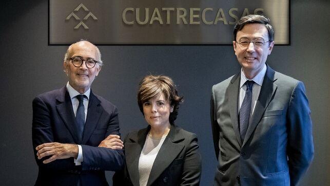 Sáenz de Santamaría, con el presidente de Cuatrecasas, Rafael Fontana, y su director general, Jorge BadíaCUATRECASAS