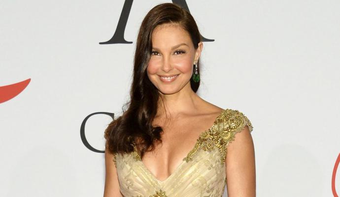 La actriz Ashley Judd le dijo a The New York Times que en 1997 fue a reunirse con Harvey Weinstein en su habitación de hotel en Beverly Hills, California. Llevaba una bata de baño y le pidió que lo viera ducharse.