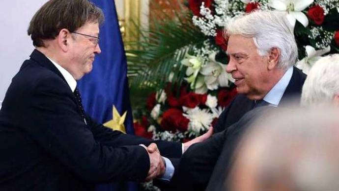 Felipe González (d) saluda a , presidente en funciones de la Generalitat valencianaXimo Puig