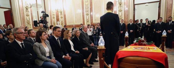Los reyes eméritos Juan Carlos y Sofía, en la capilla ardiente del exvicepresidente del Gobierno.