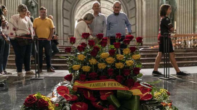 La tumba del dictador en el Valle de los Caídos, tras una misa y un rezo multitudinario convocado por la Fundación Franco.OLMO CALVO