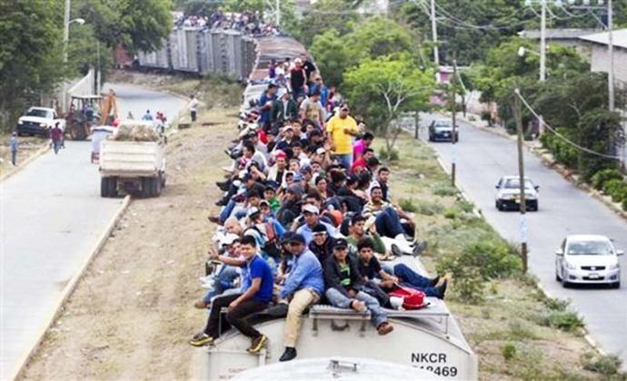 En la imagen de referencia, inmigrantes atraviesan territorio mexicano en el tristemente célebre tren de carga apodado 'La Bestia'