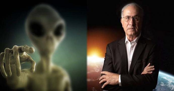 Haim Eshed, ex jefe de la dirección espacial del Ministerio de Defensa deIsrael junto a la recreación de un extraterrestre