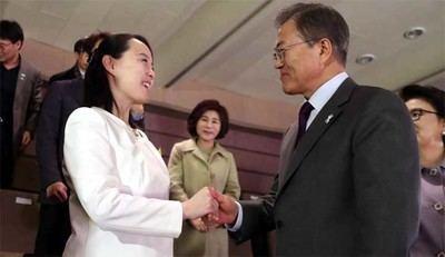Kim Yo-jong, hermana de Kim Jong-un, estrecha la mano del presidente de Corea del Sur Moon Jae-in.