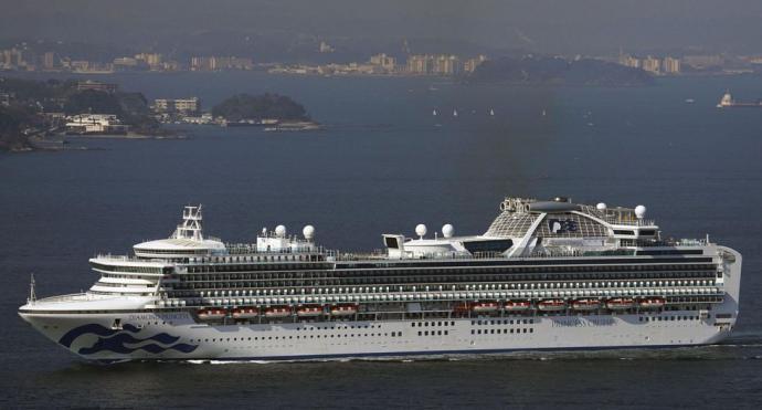 """Coronavirus: Cómo es el lujoso crucero en cuarentena que ahora es una """"prisión flotante' de 3.700 personas"""