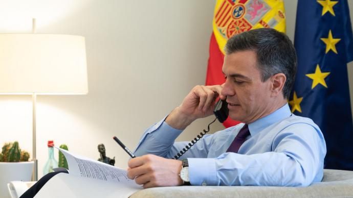 Pedro Sánchez conversa por teléfono desde su despacho en Moncloa.Imagen de archivo.