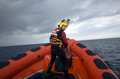 Un bombero voluntario de la organización Maydayterraneo, navega en aguas del Mediterráneo central frente a las costas libias, durante la búsqueda del cadáver de una persona. SANTI DONAIRE