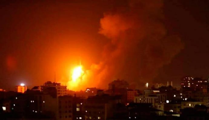 Bombardeo de las fuerzas aéreas de Israel sobre Jan Yunis, ciudad ubicada al sur de la franja de Gaza.