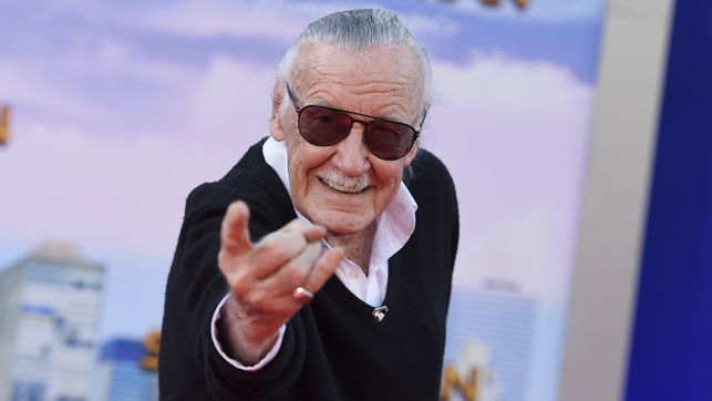 Stan Lee lanzando su 'tela de araña' en la presentación de la última entrega de Spiderman GTRES