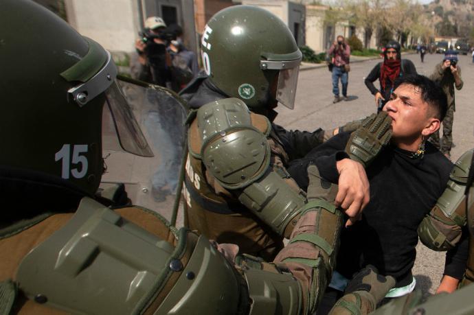 Un manifestante es detenido por las autoridades en el marco de la conmemoración del aniversario 45 del golpe de Estado del 11 de septiembre de 1973 en Chile.