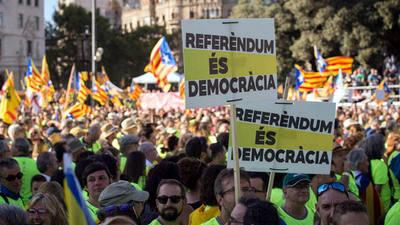 Carteles de apoyo al referéndum en la manifestación de la Diada 2017 ©SANDRA LÁZARO
