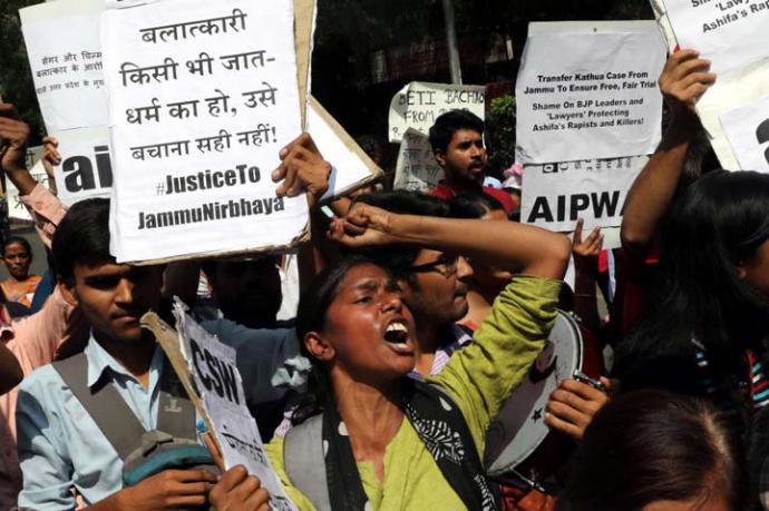 """Varias activistas sostienen pancartas en las que se puede leer: """"Gobierno indio, toma acciones severas contra los violadores"""" durante una protesta en Nueva Deli, India."""