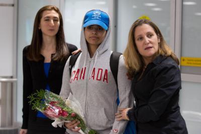La joven saudita Rahaf Mohamed al Qunun llega al aeropuerto de Toronto, Canadá, y es acompañada por la Ministra de Exteriores de Canadá, Chrystia Freeland.