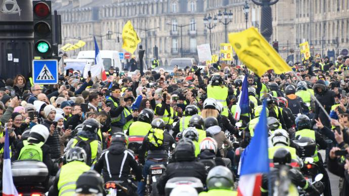 'Chalecos amarillos' exigen un referendo para cambiar a Francia