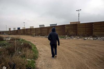 Los prototipos estadounidenses del muro fronterizo con México sobresalen del cerco fronterizo actual, visto desde Tijuana, estado de Baja California, México.