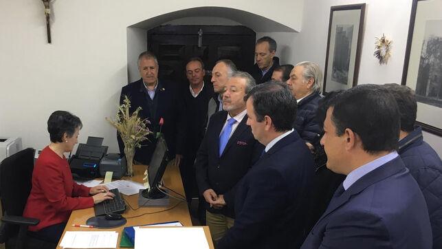 Los diputados provinciales del Partido Popular en Ávila llevan al registro la moción de censura.