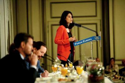 La candidata de Unidas Podemos a la Comunidad de Madrid, Isabel Serra, en un desayuno informativo acompañada por Pablo Iglesias. DANI GAGO (PODEMOS) / MADRID