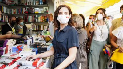La presidenta de la Comunidad de Madrid, Isabel Díaz Ayuso, en la Feria del Libro.COMUNIDAD DE MADRID