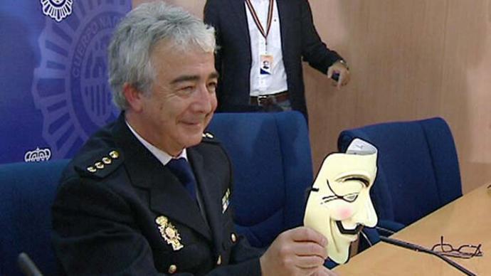 El comisario Vázquez muestra una careta de Annonymous en su etapa al frente de la Unidad de Investigación Tecnológica
