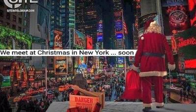 Un Papá Noel cerca de una caja de explosivos con la leyenda: 'Nos vemos en Navidad en Nueva York'.(Captura:SITE)