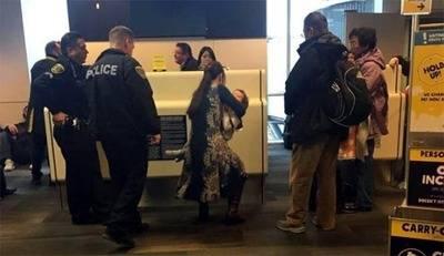 La pasajera Mei Rui carga a su bebé tras ser expulsada de un avión de Spirit Airlines. (Imagen tomada de Facebook)