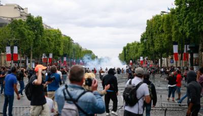 Las fuerzas de seguridad lanzaron gases lacrimógenos para dispersar a los manifestantes.