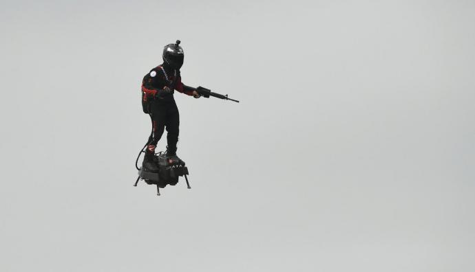 Francia: el 'soldado volador' realizó exhibición en los Campos Elíseos para fiesta nacional
