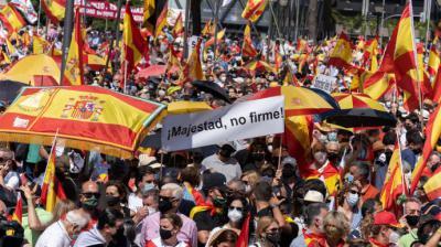 """Uno de los carteles de la protesta de Colón en el que se puede leer """"¡Majestad, no firme!"""", en alusión a los indultos.Fernando Cozar / Unión 78"""