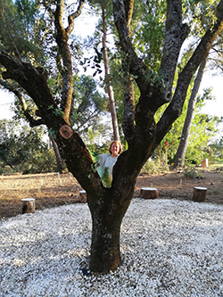 Rosa Gallego, ganadora del Certamen Land Art y actuaciones en la Naturaleza en el jardín de los Artistas de la Casa Museo El Romeral