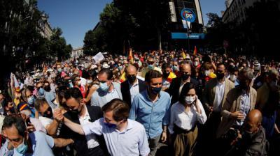 La delegación del PP, este domingo, acercándose a la protesta de Colón.EFE/David Fernández