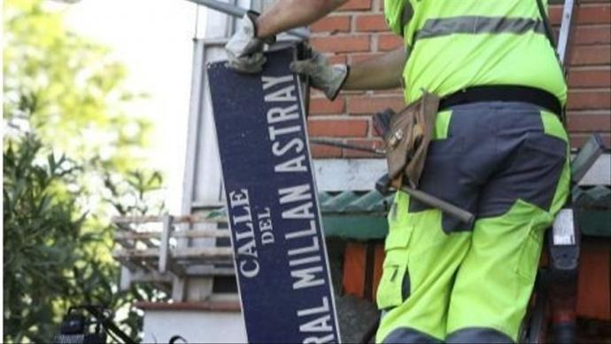Retirada de la placa a la calle dedicada al general Millán Astray.