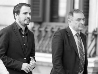 El secretario general del PCE, Enrique Santiago, y el ministro de Consumo y coordinador federal de Izquierda Unida, Alberto Garzón, en el Congreso