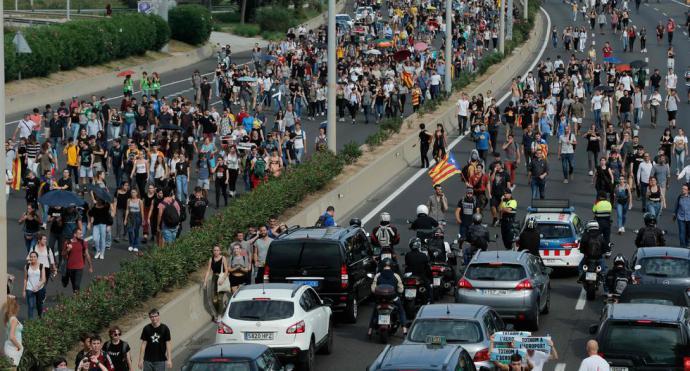 Policía carga contra manifestantes independentistas en el aeropuerto de Barcelona
