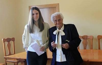 La ganadora del certamen Celia Carrasco Gil, recibió el premio de manos de la más antigua vecina del municipio, Urcia López