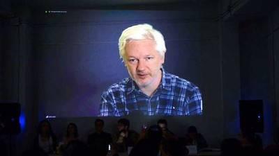 Julian Assange durante el acto 'Contra la trama de los Paraísos Fiscales'. PODEMOS