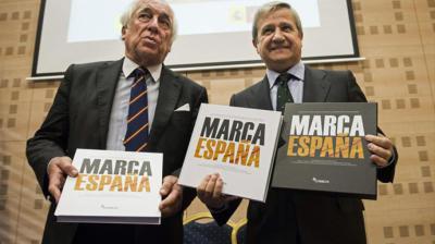 El entonces presidente de Correos, Javier Cuesta (derecha), junto al en ese momento responsable de Marca España, Carlos Espinosa de los Monteros, en diciembre de 2014.Marca España