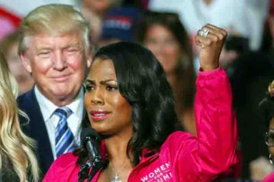 Donald Trump, mientras escucha el discurso de Omarosa Manigault Newman durante un acto de campaña en Charlotte, N.C. EEUU) en octubre de 2016.