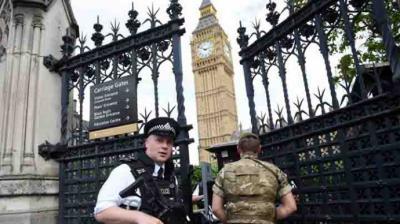 Atentado con un coche particular ante el Parlamento británico deja dos heridos
