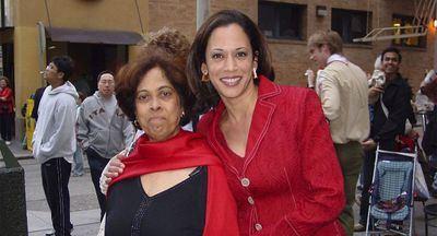 Kamala Harris junto a su madre (imagen de archivo)