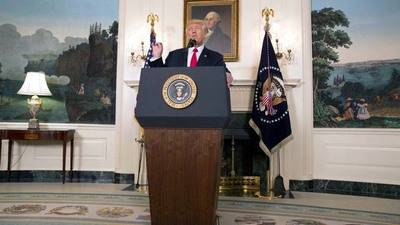 Trump condena con dureza a extremistas por Charlottesville