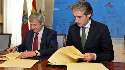 El presidente de Correos, Javier Cuesta, junto al ministro de Fomento, Íñigo de la Serna.